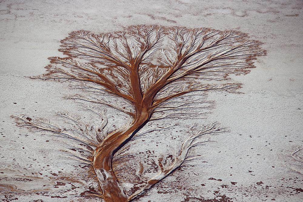 Le salar d'Uyuni est une formation géologique exceptionnelle, résultant de l'évaporation progressive d'un lac préhistorique appelé Lago Minchin. Il y a 11 000 ans, ce lac était profond d'une centaine de mètres. Aujourd'hui, les réserves de sel du salar sont estimées à 10 milliards de tonnes. Cette région de l'Altiplano est balayée par des vents constants qui en font l'une des régions les plus plates du monde.