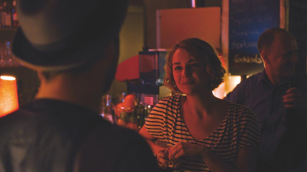 Schimon (Christoph Letkowski) und Milena (Luise Heyer) an der Bar