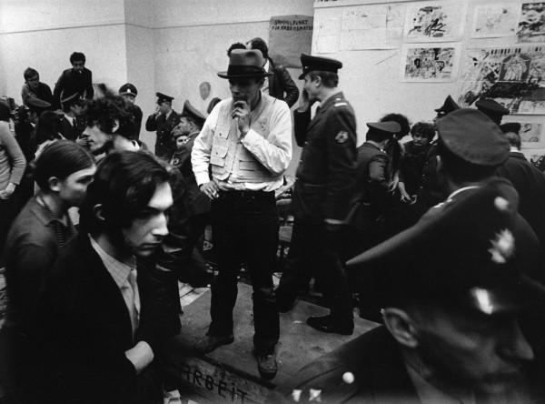 BEUYS während der Räumung der Akademie in Düsseldorf (1972)
