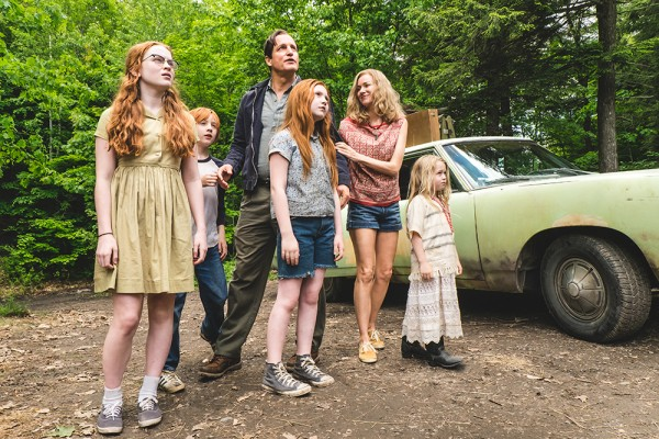 v.l.n.r.: Die Walls-Familie: Lori (Sadie Sink), Brian (Charlie Shotwell), Vater Rex (Woody Harrelson), Jeannette (Ella Anderson), Mutter Rose Mary (Naomi Watts) und Maureen (Eden Grace Redfield)