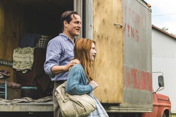 Jeannette Walls (Ella Anderson) und ihr Vater Rex (Woody Harrelson) kommen an einem neuen Wohnort an