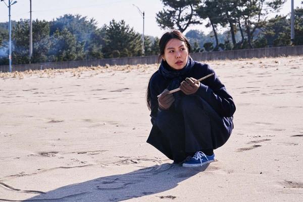 On_the_Beach_at_Night_Alone_Filmstill_21