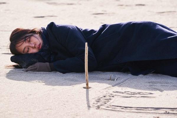 On_the_Beach_at_Night_Alone_Filmstill_24