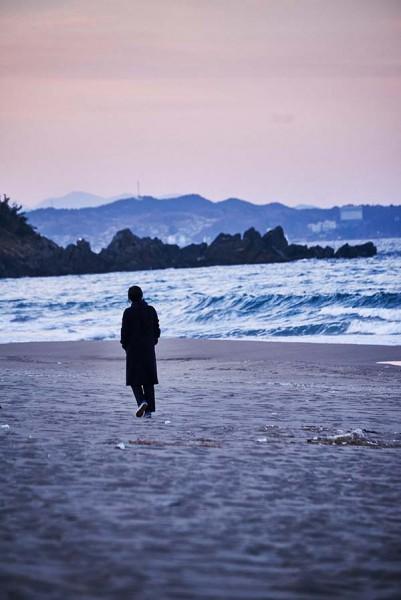 On_the_Beach_at_Night_Alone_Filmstill_37