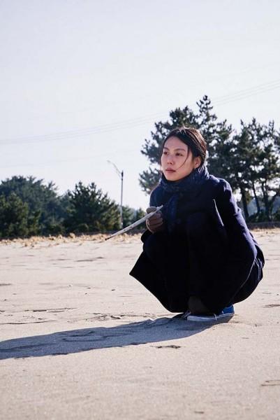 On_the_beach_at_night_alone_Filmstill_03