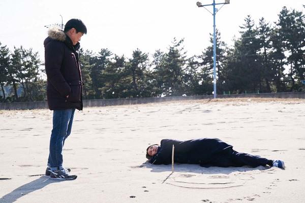 On_the_beach_at_night_alone_Filmstill_04
