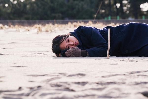 On_the_beach_at_night_alone_Filmstill_05