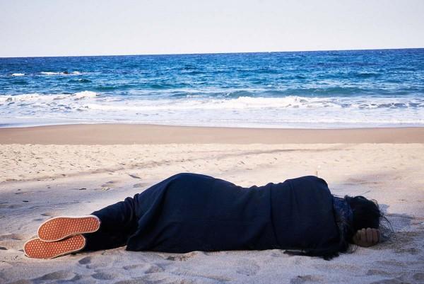 On_the_beach_at_night_alone_Filmstill_06