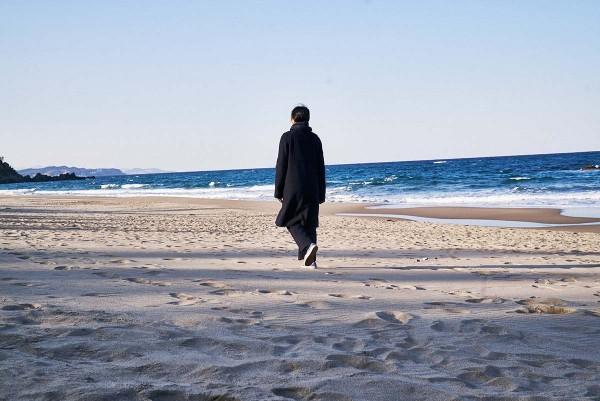 On_the_beach_at_night_alone_Filmstill_07