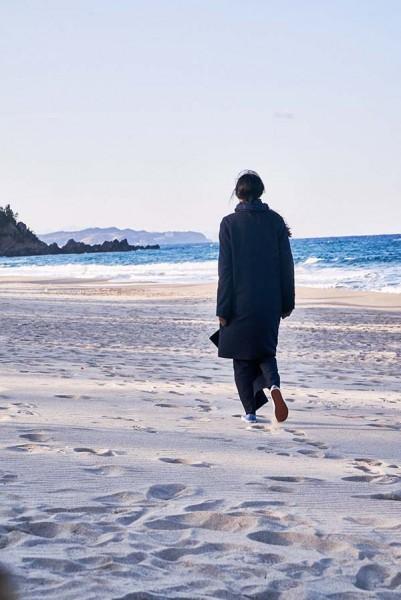 On_the_beach_at_night_alone_Filmstill_08