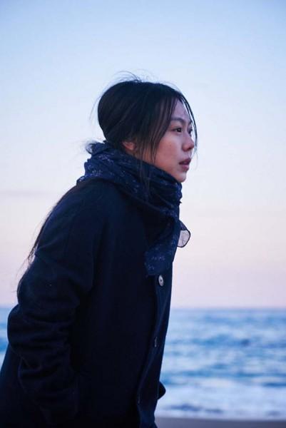 On_the_beach_at_night_alone_Filmstill_09