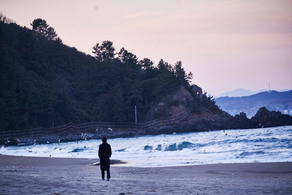 On_the_beach_at_night_alone_Filmstill_10