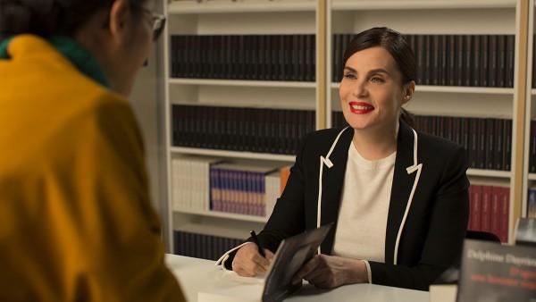 Die erfolgreiche Romanautorin Delphine (Emmanuelle Seigner) absolviert zahlreiche Signierstunden.