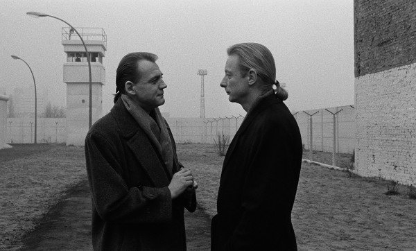 Bruno Ganz und Otto Sander in Der Himmel über Berlin (BR Deutschland/Frankreich 1986/87) von Wim Wenders © Wim Wenders Stiftung 2017 Bruno Ganz and Otto Sander in Wings of Desire (West Germany/France 1986/87) by Wim Wenders © Wim Wenders Stiftung 2017
