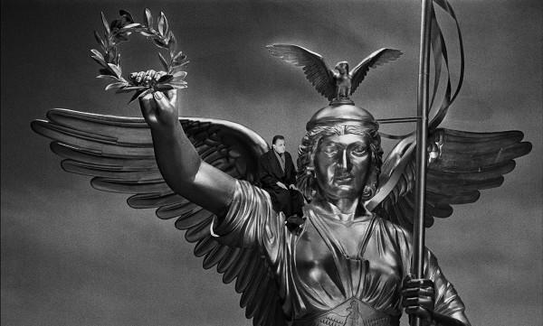 Bruno Ganz in Der Himmel über Berlin (BR Deutschland/Frankreich 1986/87) von Wim Wenders © Wim Wenders Stiftung 2017 Bruno Ganz in Wings of Desire (West Germany/France 1986/87) by Wim Wenders © Wim Wenders Stiftung 2017